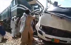 В Пакистане столкнулись поезд и автобус, погибли более 20 человек