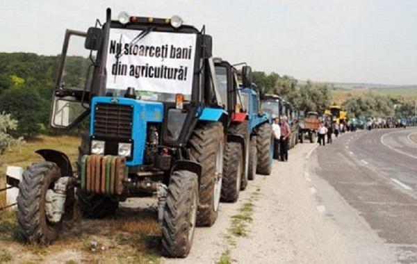 Фермеры на тракторах направились в Кишинев